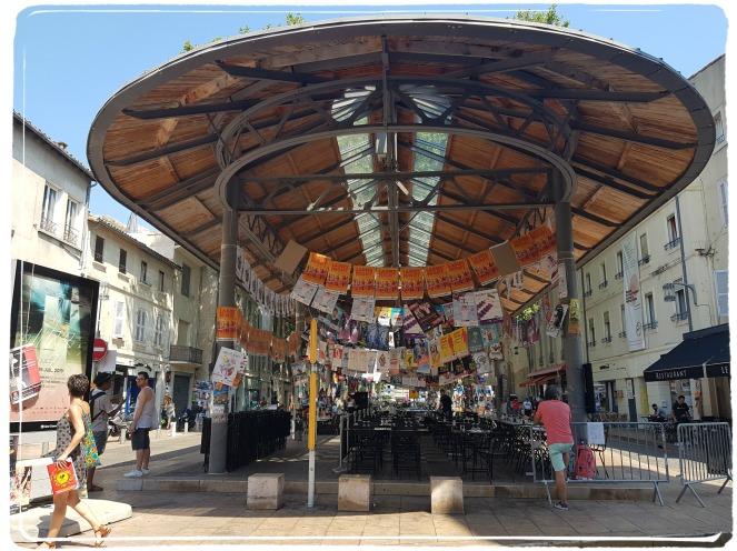 Festival d'Avignon Place des Carmes des affiches partout ! Théâtre effervescence
